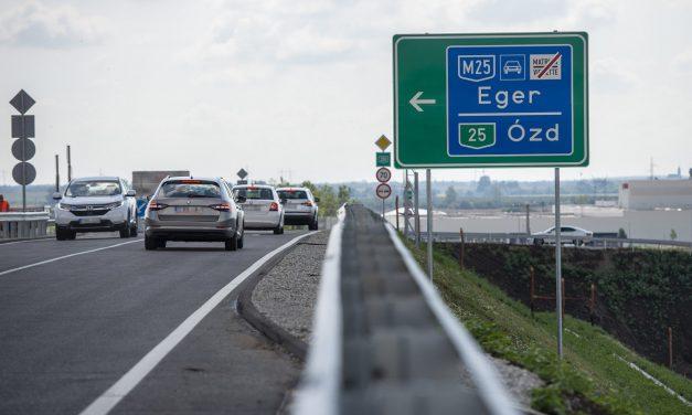 Átadták az M25-ös autóutat