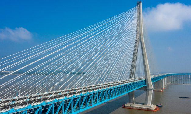 Átadták Kínában a világ első, szupergyorsvonatok közlekedésére tervezett függőhídját