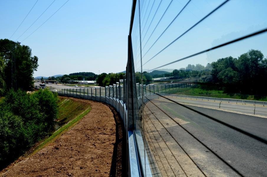 Biztonsági üveg zajvédő falat próbálnak ki az M7 autópályánál