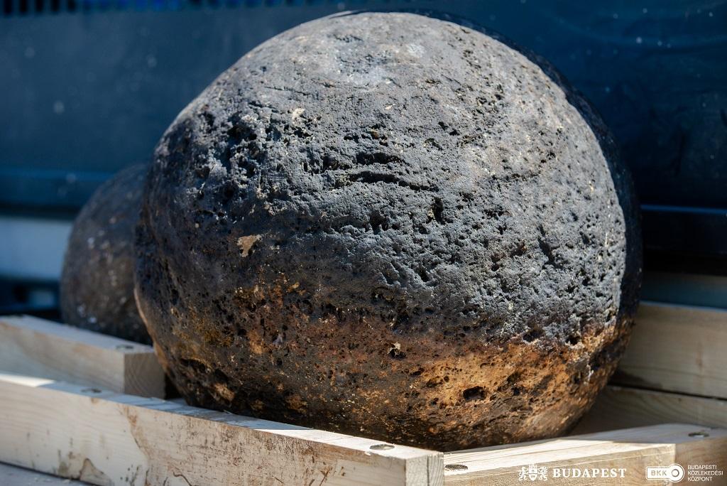 Másfél mázsás török kori ágyúgolyót találtak a Lánchídnál