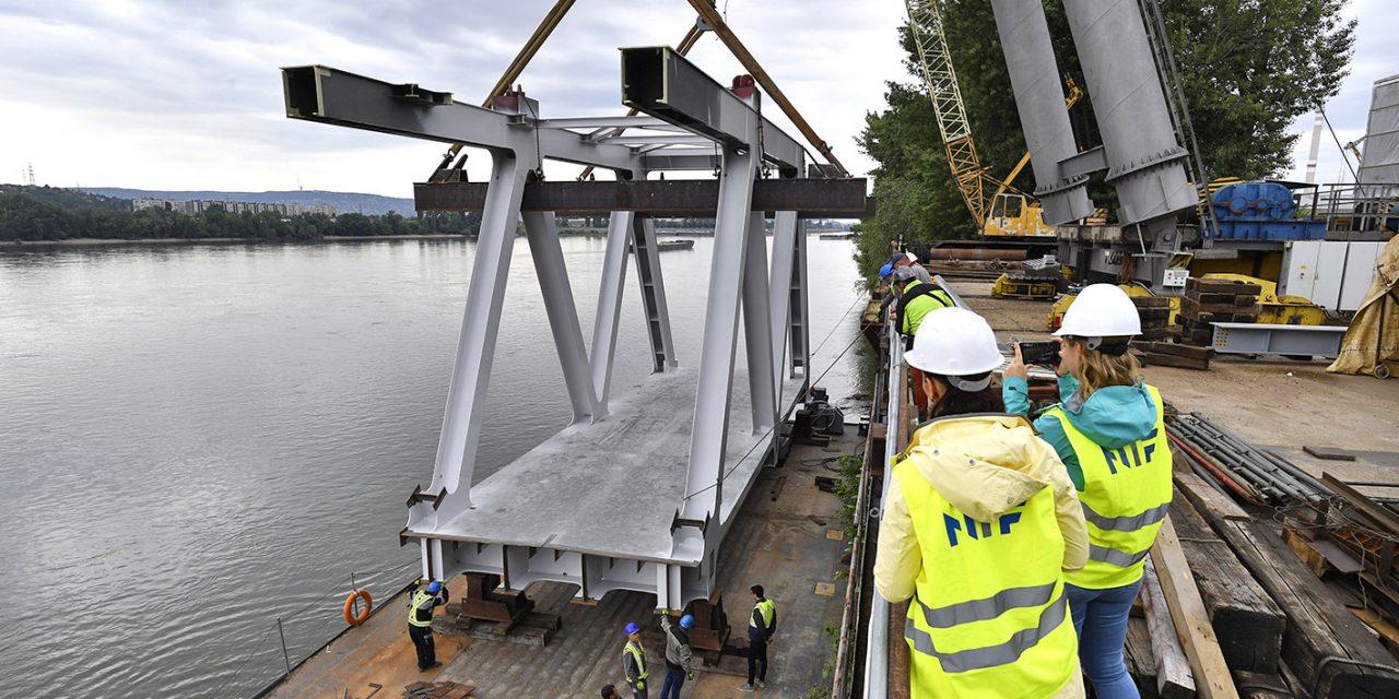Hajóra emelték a megújuló Déli összekötő vasúti híd első elemét