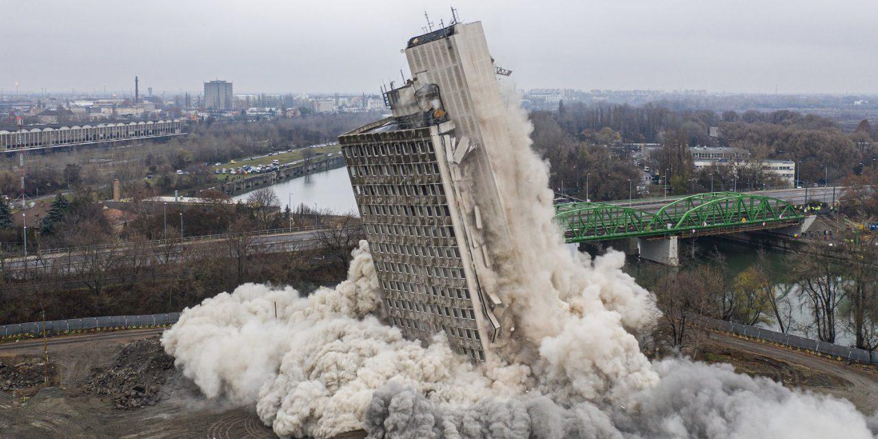 Robbantással bontották le a VITUKI toronyházát