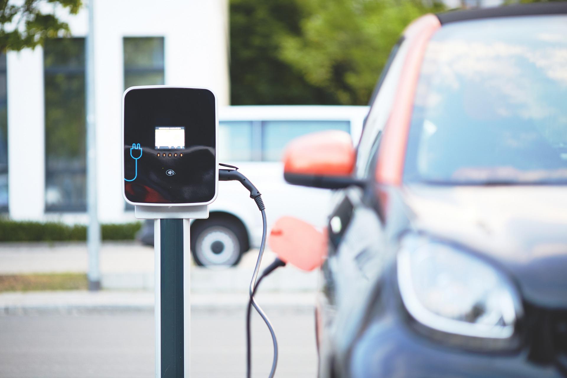A gépjárműtöltő-infrastruktúrát fejleszti a Magyar Közút és az e-Mobi