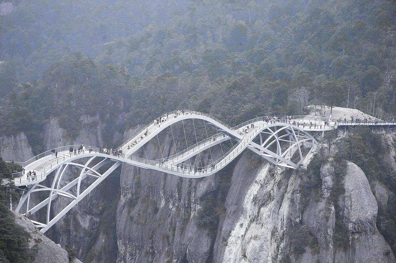Excentrikus kínai hídra figyel a világ
