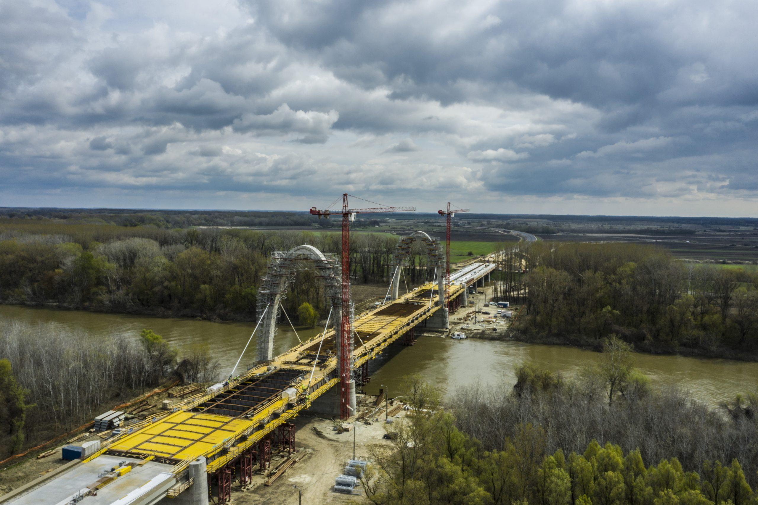 Már a kábeleket feszítik az új Tisza hídnál