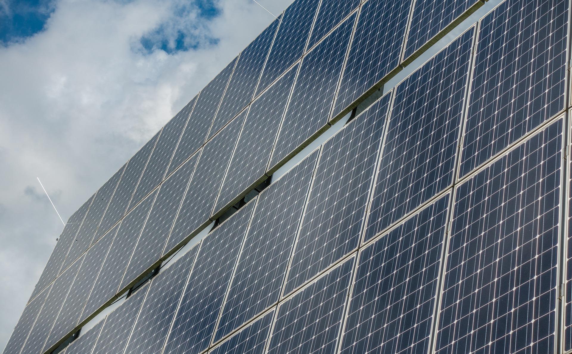 Tízmillió négyzetméternyi napelemmel csökkentené Budapest károsanyag-kibocsátását a városvezetés