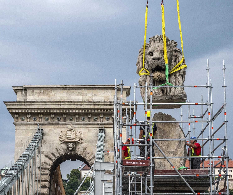 Leemelték az első oroszlánszobrot a hídról