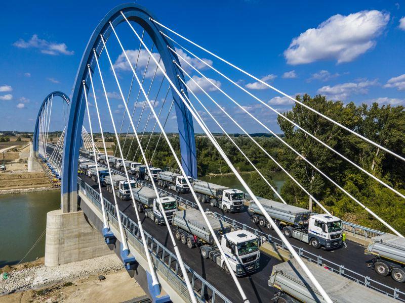 22 kamion az új Tiszaugi-hídon