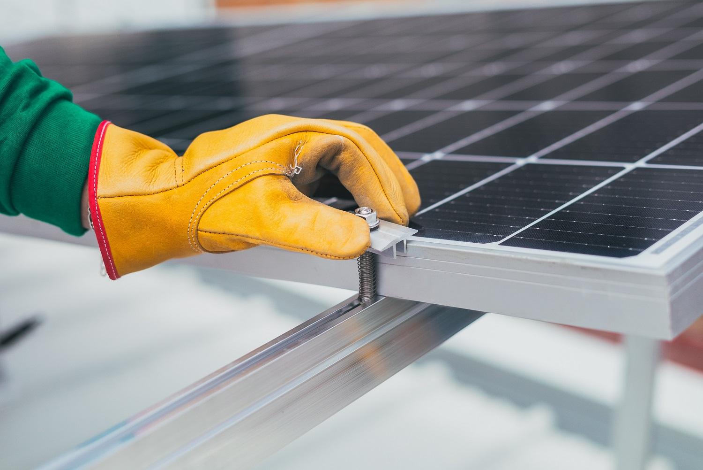 Október 18-től jelentkezhetnek a kivitelezők a háztartások napelemes és fűtési rendszereit támogató pályázatra